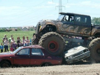 Monster truck: Crush the enemy! – the complete experience